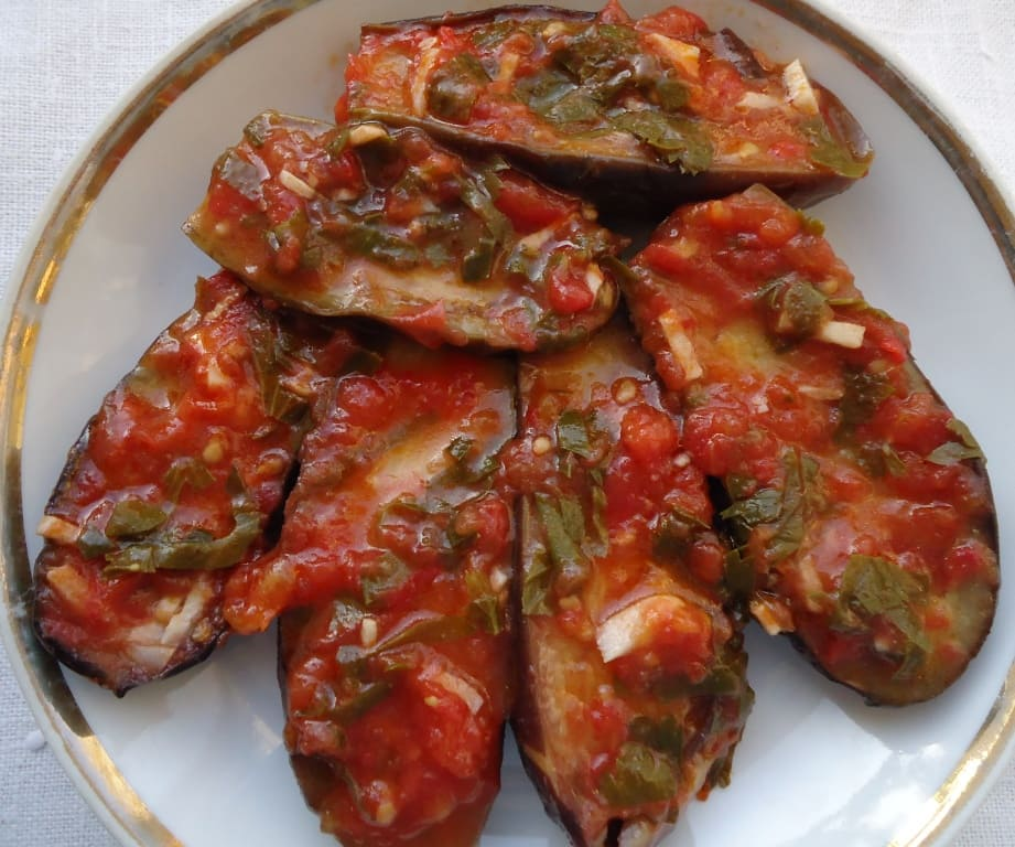 Баклажаны тушеные с помидорами и зеленью