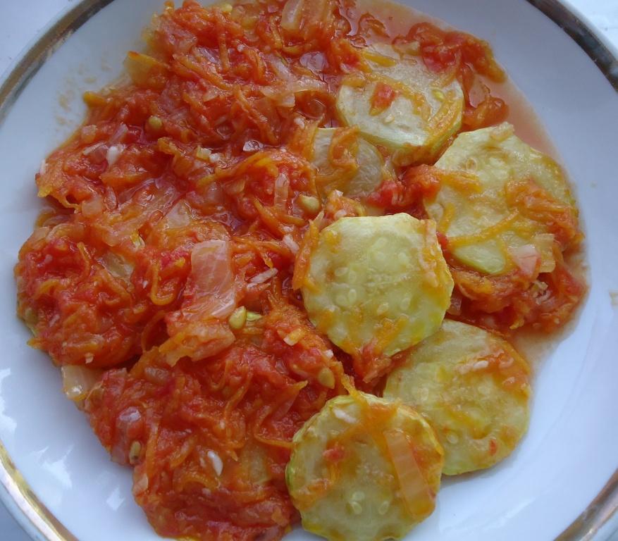 Кабачки с морковью и помидорами