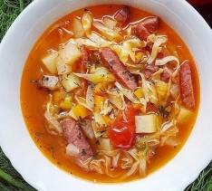 Овощной суп с копчеными колбасками
