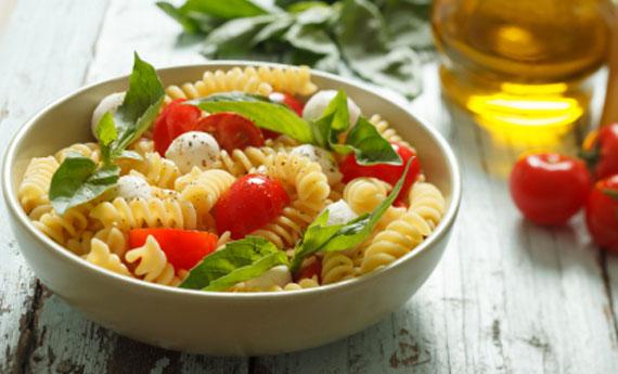 Паста фредда с моцареллой и оливками
