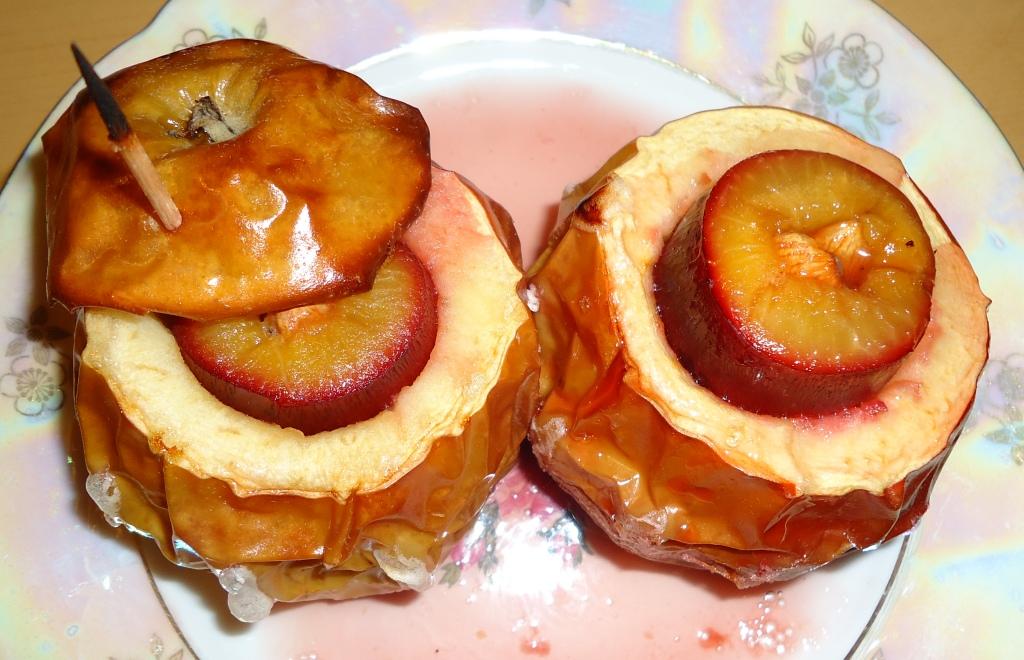 Яблоки печеные со сливой