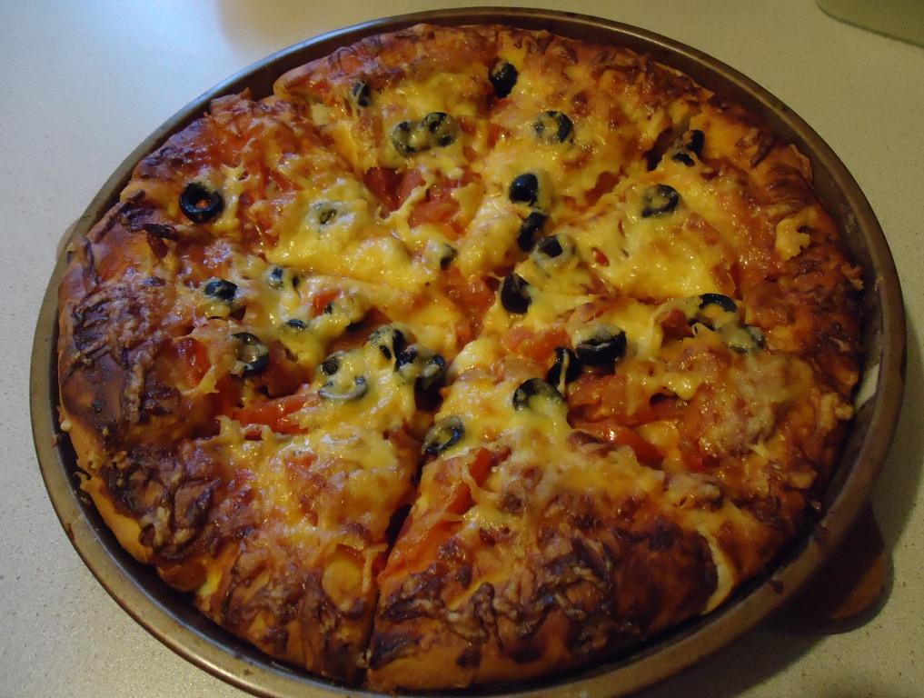Пицца с маслинами и сыром