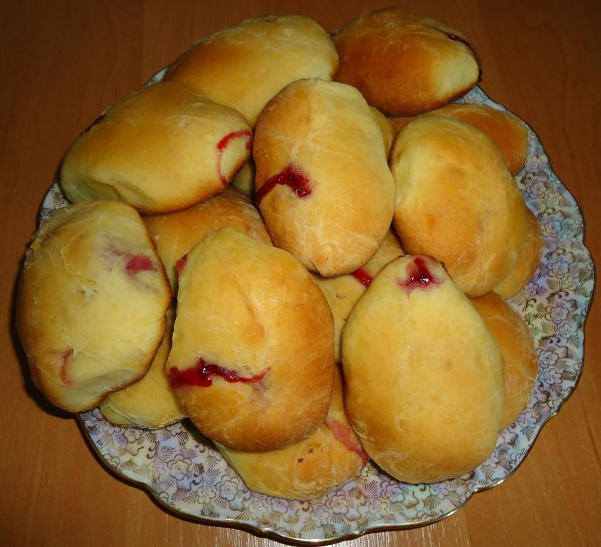 Пирожки с вишнями из дрожжевого теста