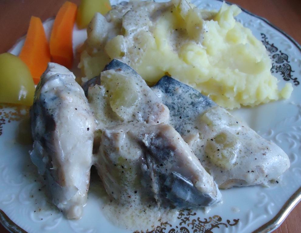 Рыба с солеными огурцами