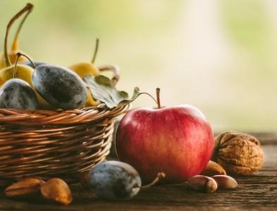 Салат из яблок и слив