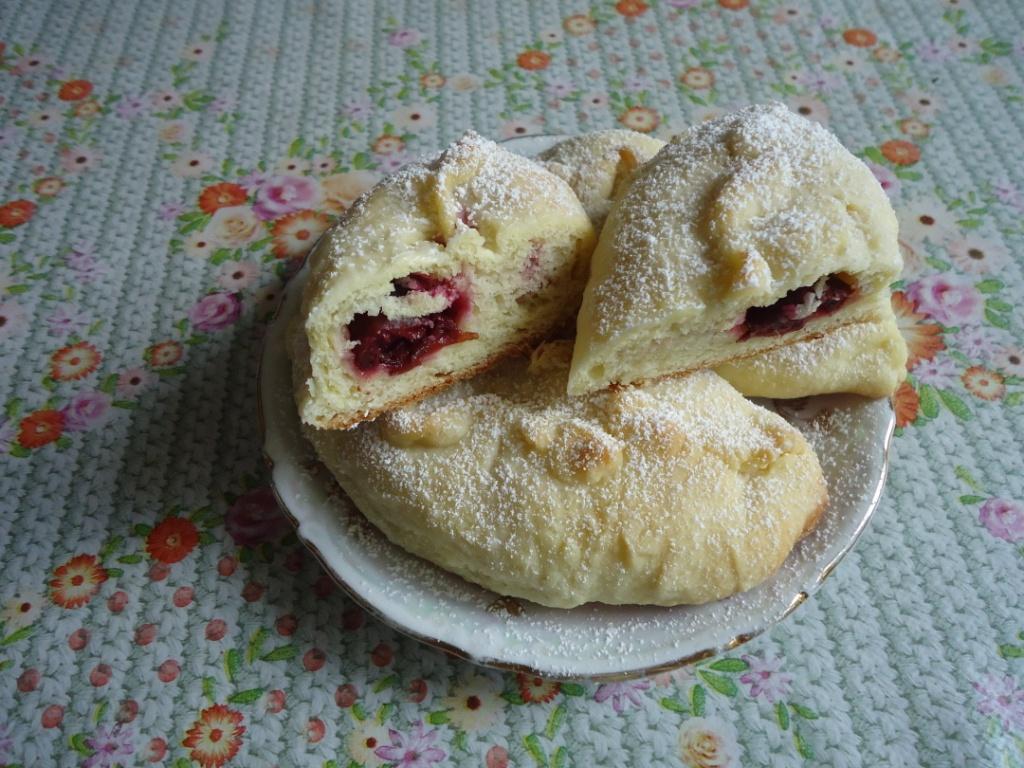 Пирожки печеные с вишнями