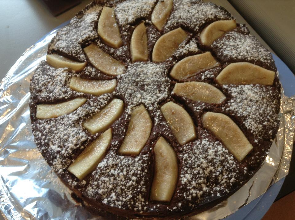 Шоколадный торт с грушами