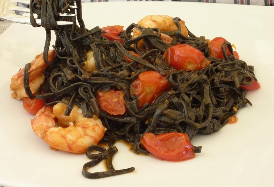 Тальолини с чернилами каракатицы, креветками и помидорками
