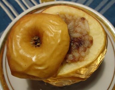 Печеные яблоки с рисом и финиками